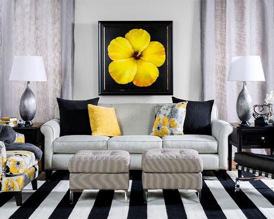 аксессуары желтого цвета внесут теплые нотки в дизайн черно-белой гостиной