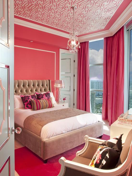светло-коричневый цвет кровати разбавляет монохромный дизайн розовой спальни