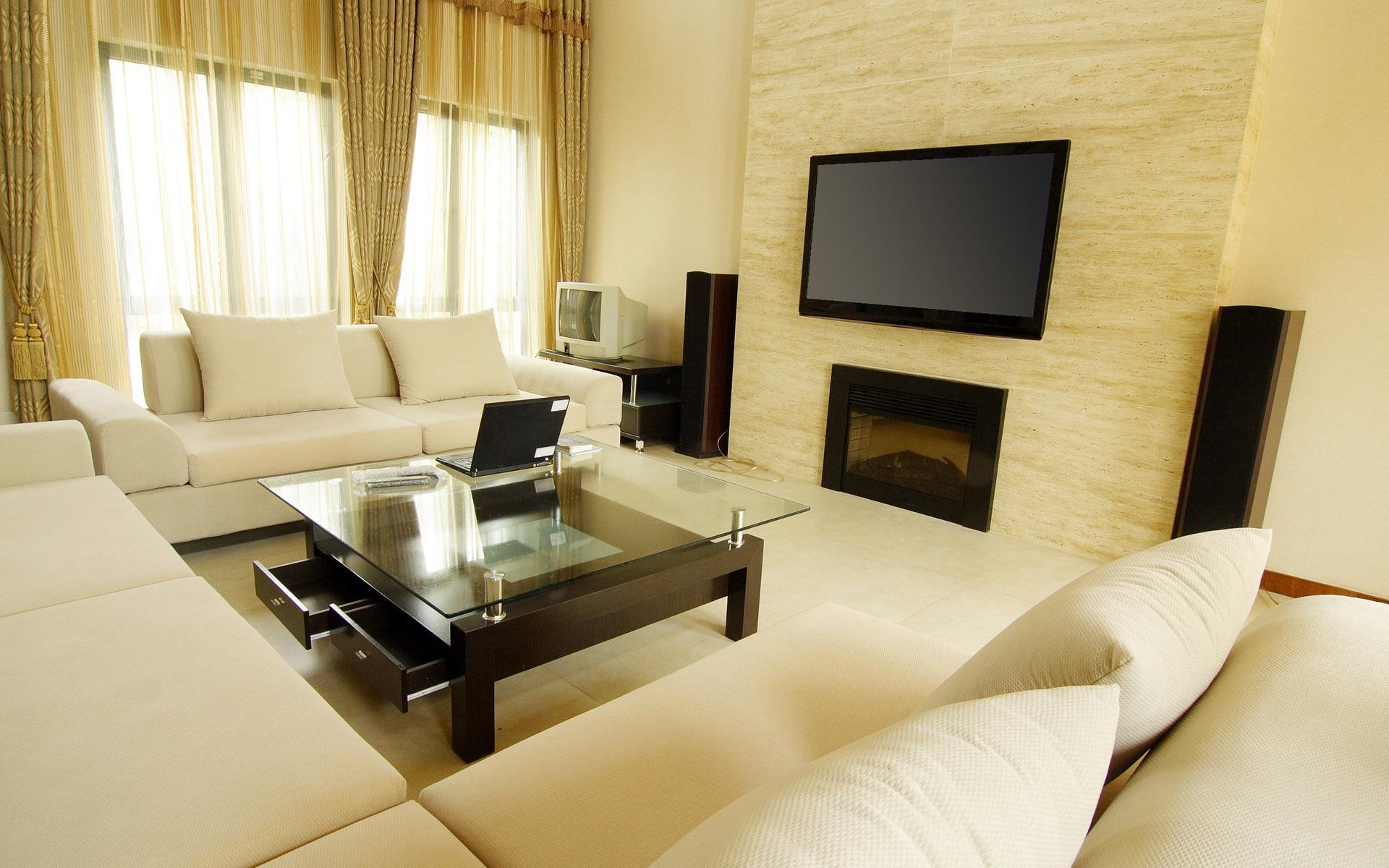 Интерьер гостиной с двумя окнами с фото