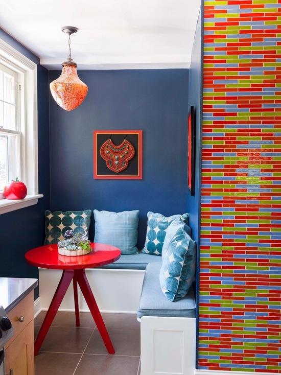 Яркие цвета в оформление маленькой столовой