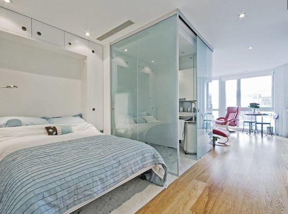 Сочетание белого и голубого цвета в маленькой квартире