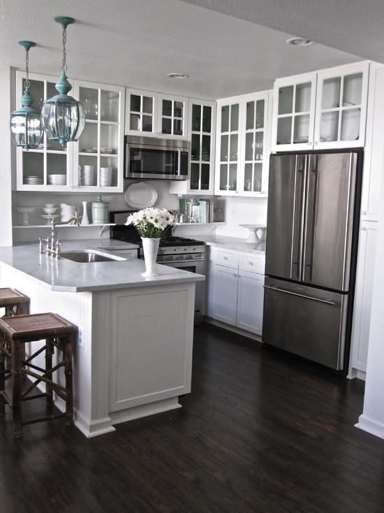 Темный пол в малогабаритной кухни белого цвета