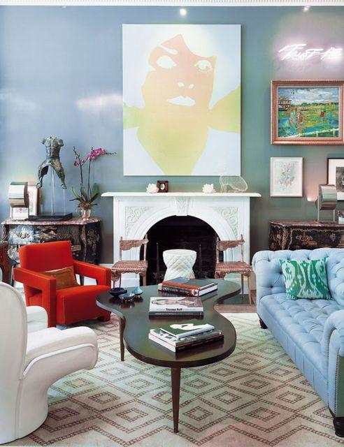 Современный журнальный столик в интерьере дома