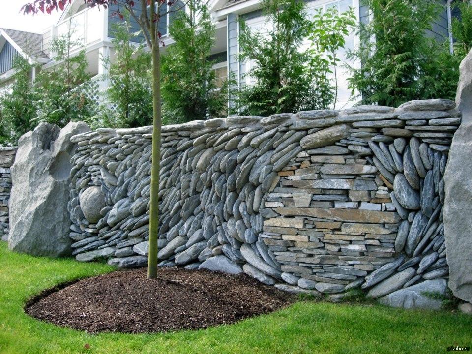 Ландшафтный дизайн каменного забора