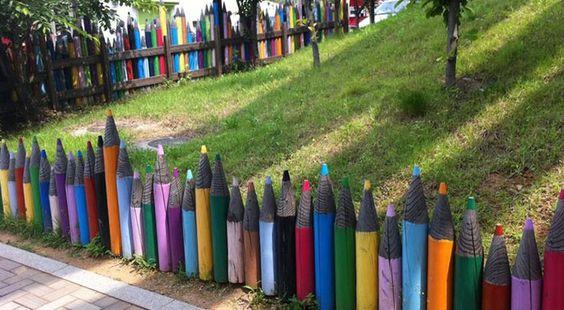 Яркий декоративный забор из карандашей разной высоты