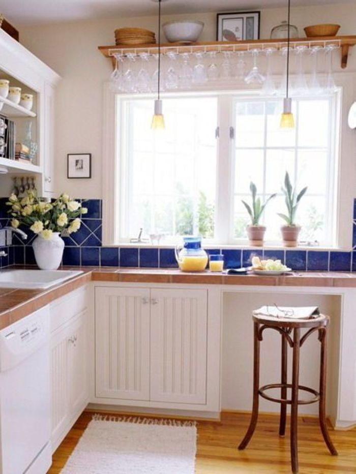 Шкаф под окном на кухне дизайн