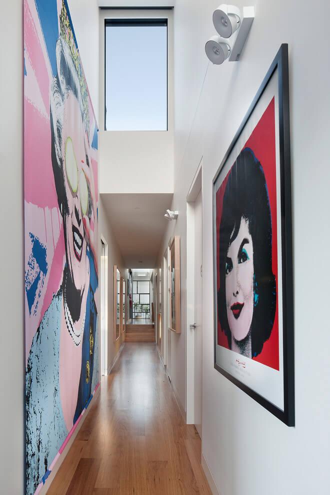 Светлые галереи с картинами на стенах