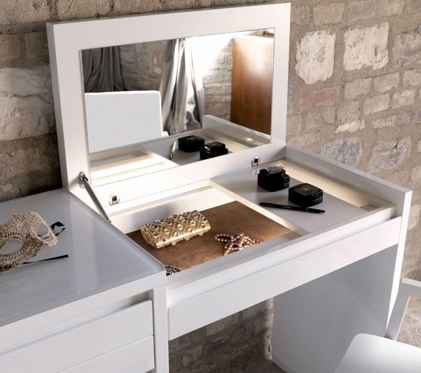 Туалетный столик с откидным зеркалом