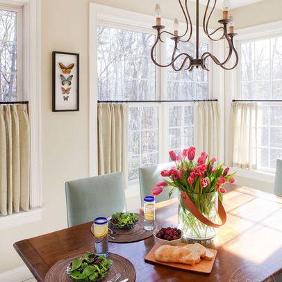 Короткие шторы, закрепленные на середине окна, не препятствуют проникновению света