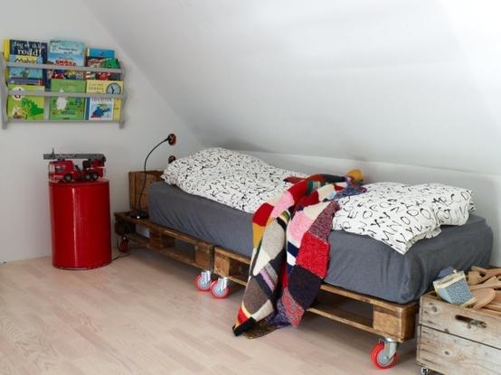 Как сделать детскую кровать из поддонов