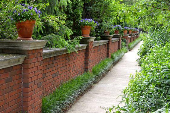 Забор из кирпича отличается прочностью и надежностью