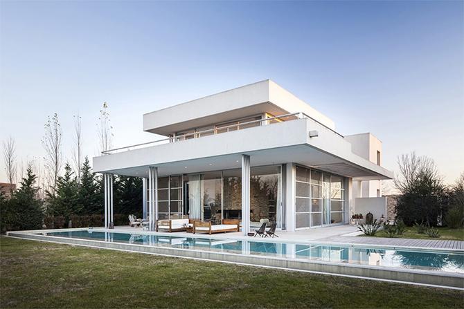 Дом из стекла и бетона на берегу озера