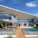 Футуристический дом из стекла на обрыве у океанского побережья
