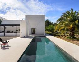 Вилла на Ибице: традиционная архитектура и минимализм в интерьере