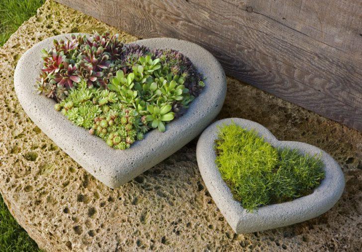 Маленькие клумбы из камней