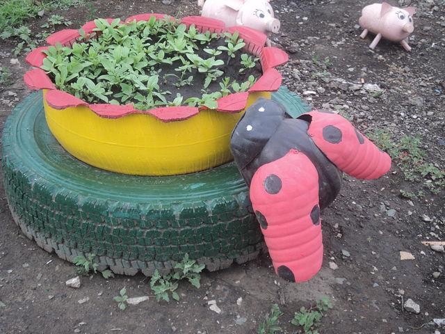 Поделки в сад из шин и бутылок