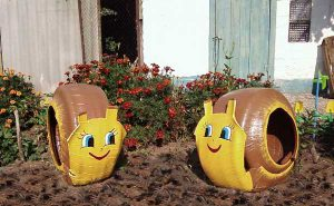 repurpose-old-tire-into-animal-themed-garden-decor-1