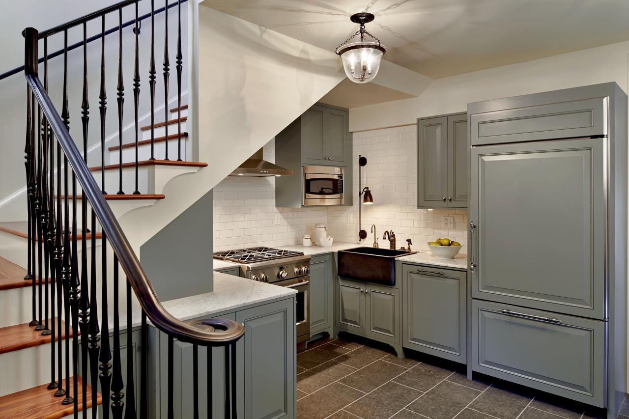 Дизайн кухни в частном доме с лестницей