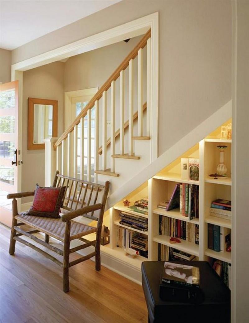 Дизайн под лестницей в частном доме