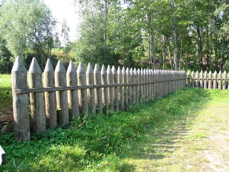 Как сделать забор на даче из подручных материалов