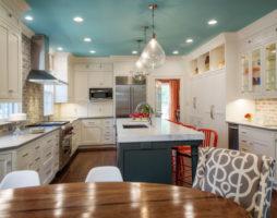 Стильное оформление потолков на кухне