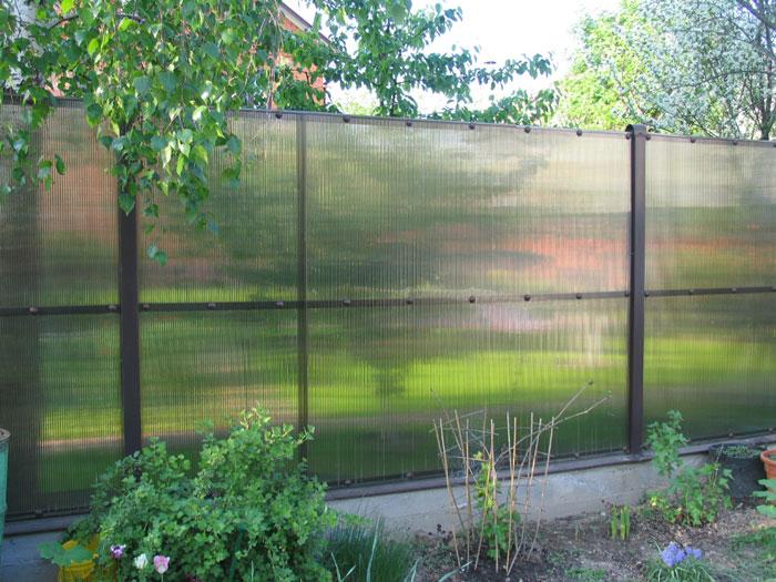 закрыть забор из сетки рабицы
