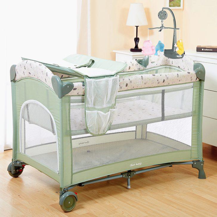 детские кровати с бортиками: кому какие, и из чего Современные модели детских кроваток радуют разнообразием дизайна, как в цветовом аспекте, так и конструкционном, поэтому вопросы возникают не в подборе их к определенному интерьеру, а именно в качестве и функциональности. Конструкции для новорожденных В эту подгруппу входит несколько типов детских кроваток: 1. Колыбель. 2. Классическая кровать. 3. Манеж. 4. Ложе-качалка. Практичность колыбелек проверена не одним поколением мам и пап. В конструкции кроватки предусмотрен раскачивающий механизм. Плавно движущаяся люлька нежно убаюкивает малыша, и он засыпает в полном комфорте. Колыбели отличаются легковесностью (их просто перемещать) и удобством в эксплуатации (вам не надо сидеть и качать кроватку ногой или рукой). Бортики, у колыбелей, не особо высоки, но на расчётный период эксплуатации такой защиты будет вполне достаточно. Классические кроватки относятся к категории наиболее популярных. В современном исполнении они могут быть предметами многофункциональными и практичными. Они рассчитаны на долгие годы службы. Имеют регулируемое днище. Предлагаются в стационарном и мобильном варианте. Для простоты перемещения их оборудуют колесиками. Из функциональных дополнений родителям пришлись по душе встроенные комоды, пеленальные столики и съемные боковушки. Манежи также являются достаточно комфортным спальным местом. Они имеют регулируемое дно и мягкие сетчатые бортики. В комплектацию часто включены конструкционные дополнения в виде люлек и поверхностей для пеленания. Конструкция ложа-качалки примечательна наличием механизма-маятника или специальных полозьев, позволяющих без лишних усилий укачать ребенка. Подробнее познакомиться с выбором детских кроватей-качалок с бортиками помогут фото. Типы бортиков для самых маленьких «Детские кровати могут изначально идти в комплектации с бортиками безопасности и матрасами» В набор «приданого» для вот-вот собирающегося появиться на этот свет малыша обязательно входит кроватка. Отправляясь