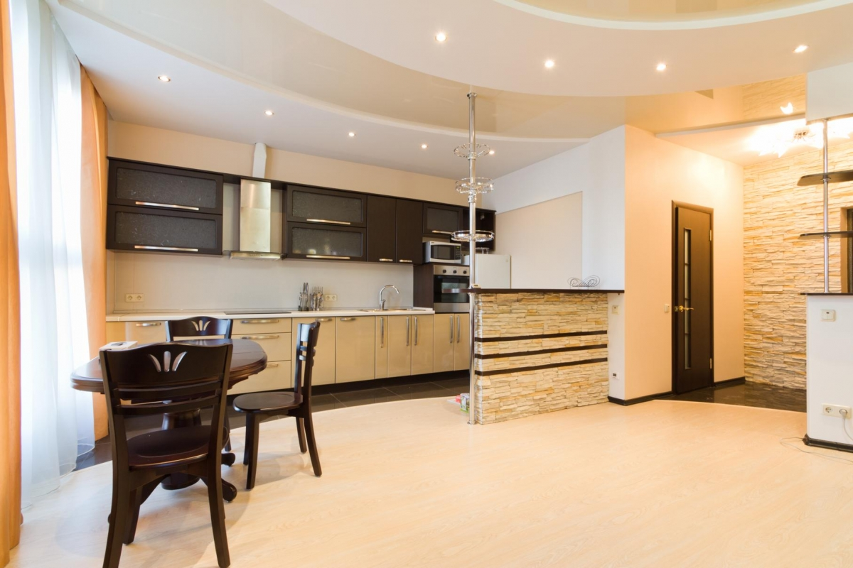 Дизайн натяжных потолков на кухню