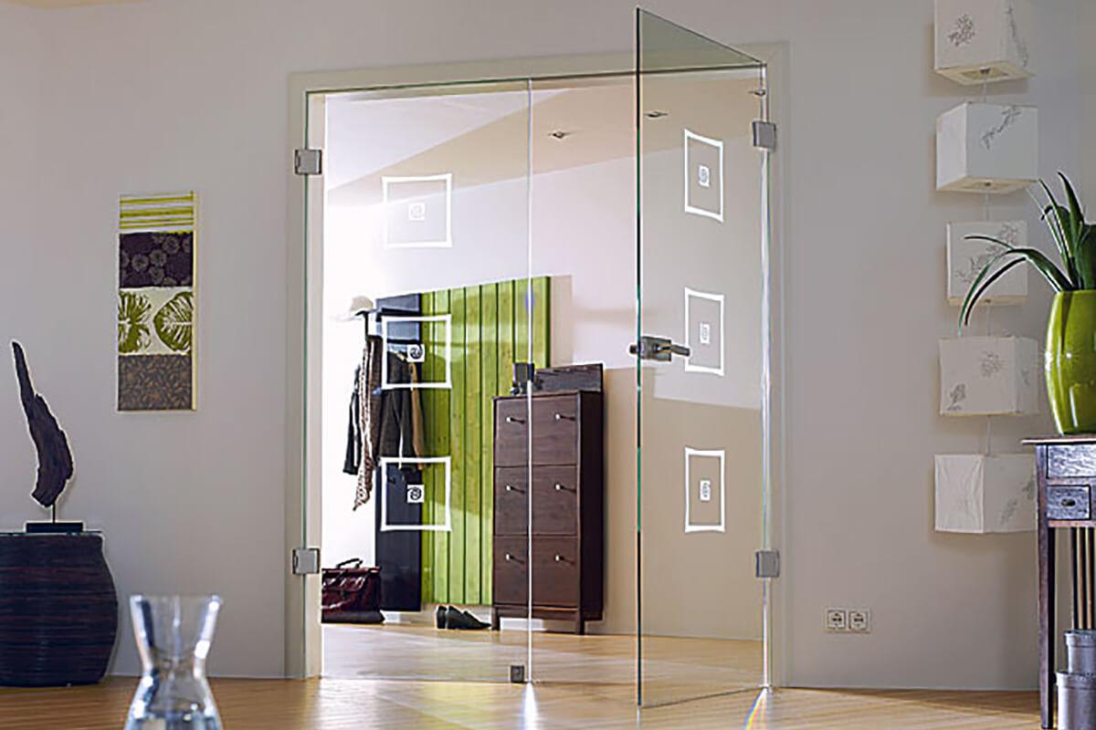 Распашные стеклянные двери..