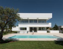 Проект современного белого дома с пятью террасами