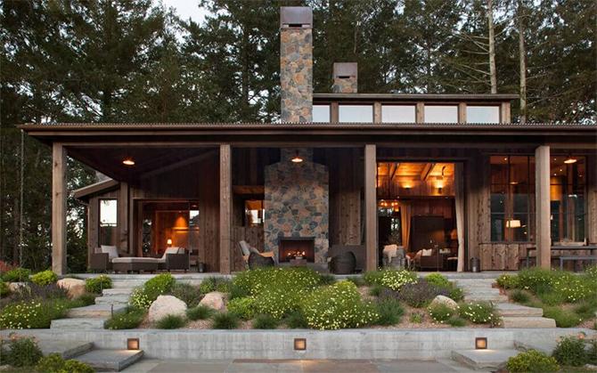 Уютный деревянный домик в лесу