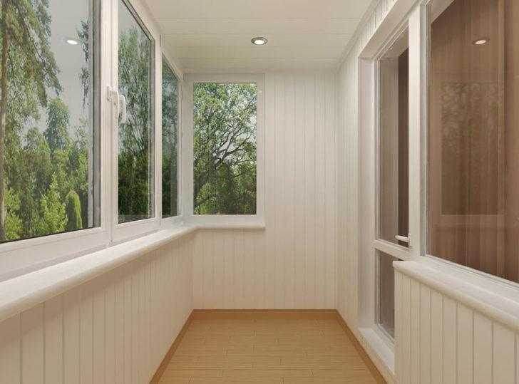 застеклённый балкон или открытый