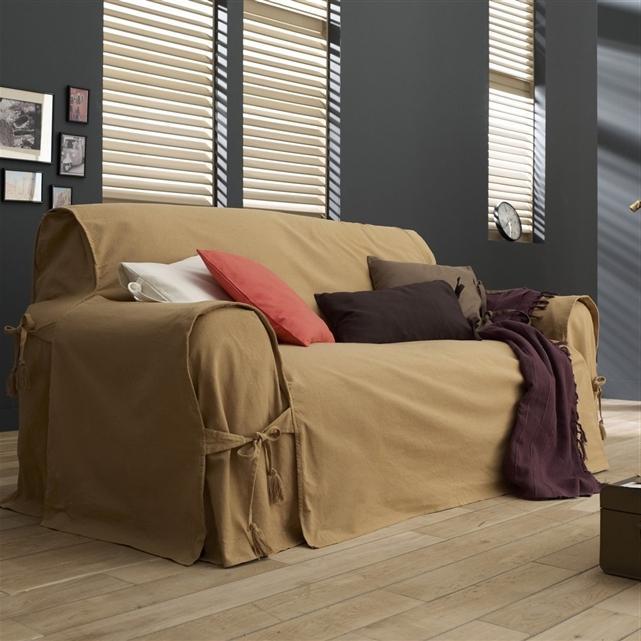 Накидка на диван для большой семьи должна быть из ткани устойчивой к появлению пятен