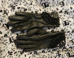 Как красиво украсить кожаные перчатки?