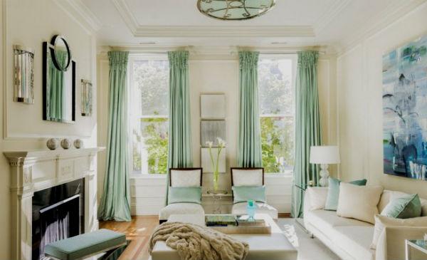 гостиная с двумя окнами