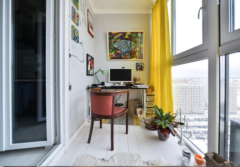 Кабинет на балконе с окнами.
