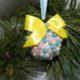 Идея: декор новогоднего шарика разноцветными бусинами