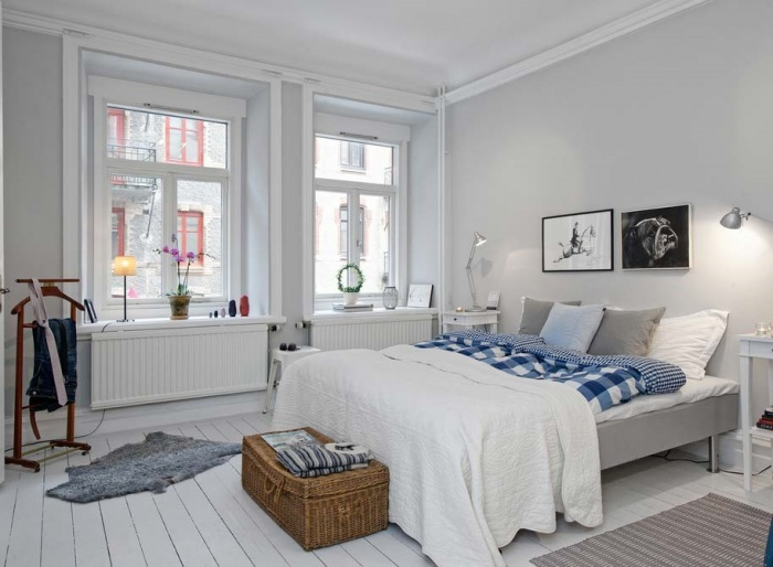 спальня с двумя окнами