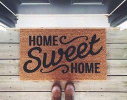 Придверные коврики: практичные и эстетичные функции половиков в уличных и домашних условиях