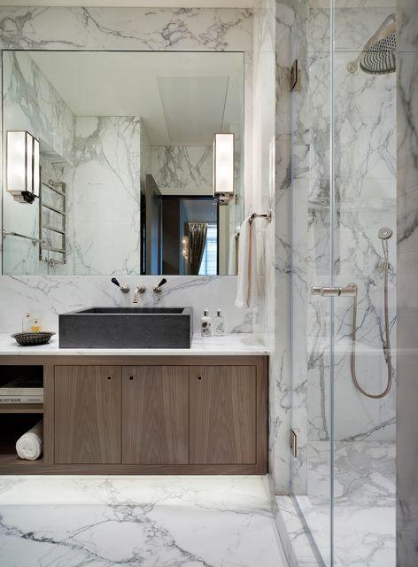 Благородный мраморный интерьер в ванной комнате