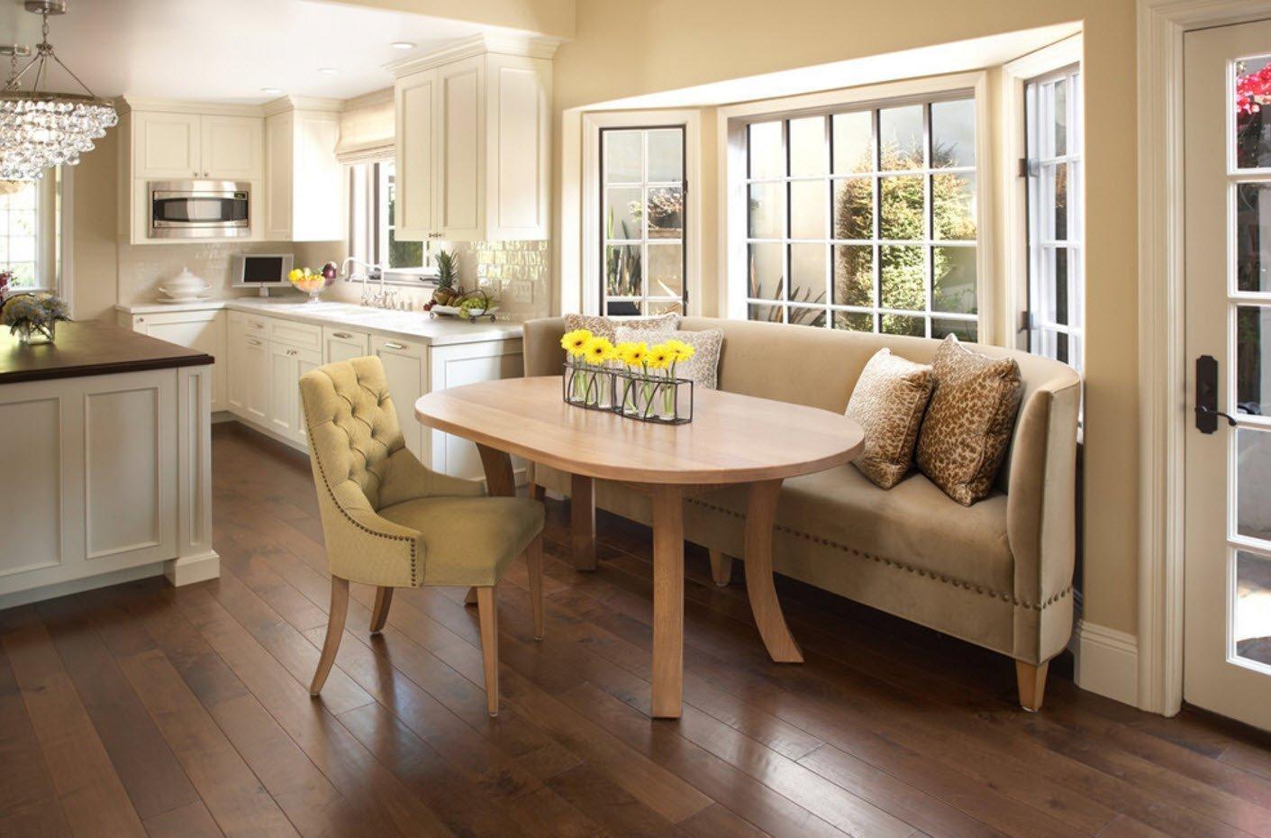 Дизайн кухни с диванчиком фото