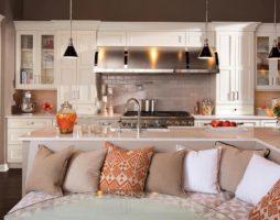 Дизайн кухни с диваном: возможности, разумность и выгоды мягкой меблировки