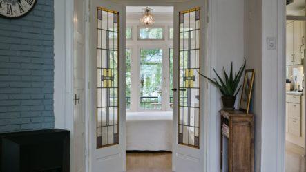 Витражные двери в интерьере: виртуозные интерпретации стеклянного декора