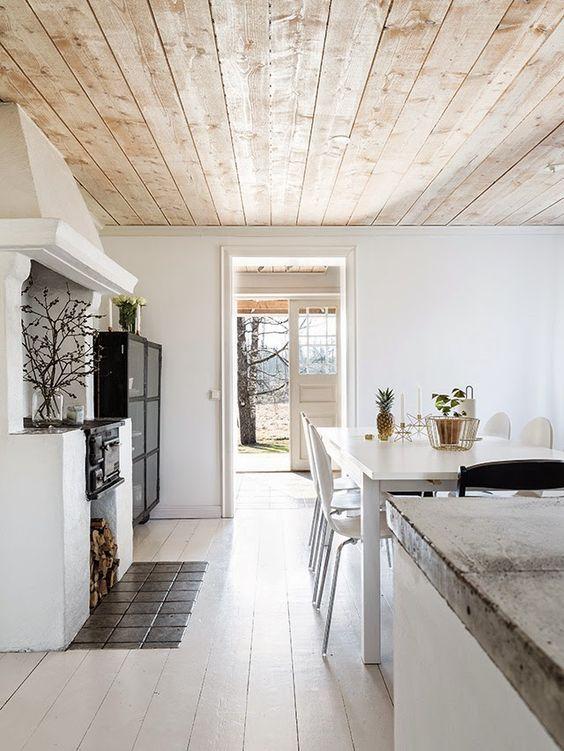 Варианты оформления потолка на даче