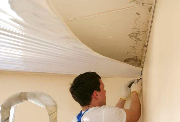 слить воду с натяжного потолка