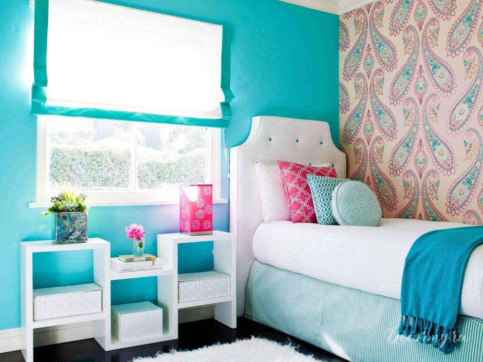 Детская комната с голубыми обоями