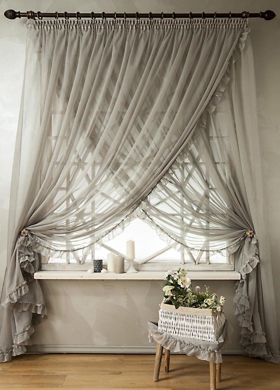 Серые шторы в декоре зала