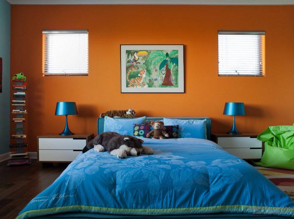 Персиковые обои в интерьере спальни