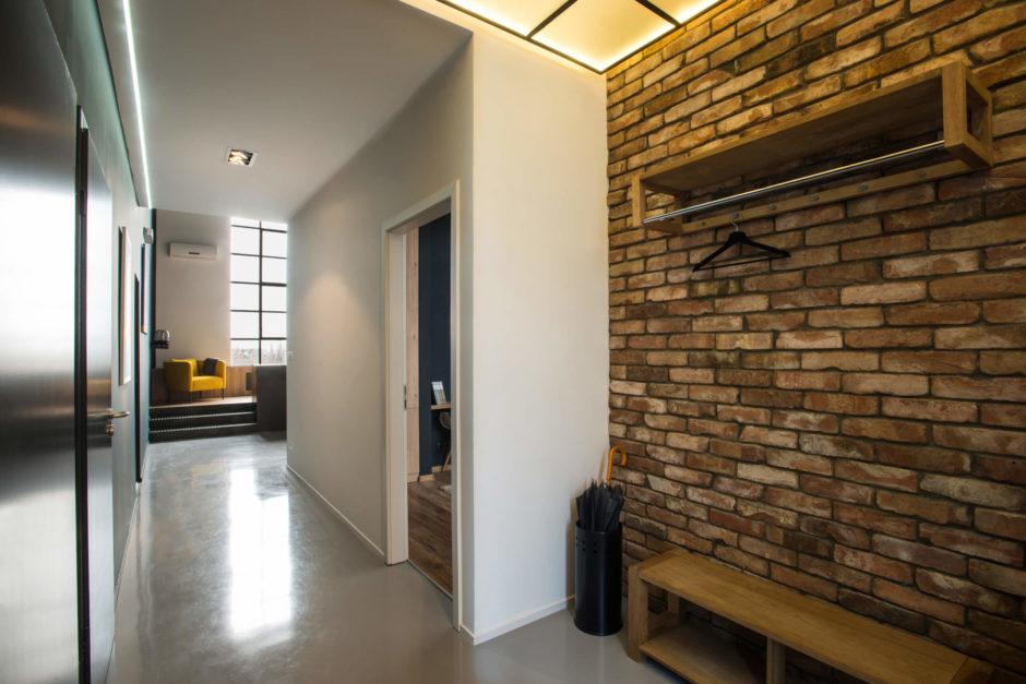 Кирпичная стена в прихожей. Основные стили