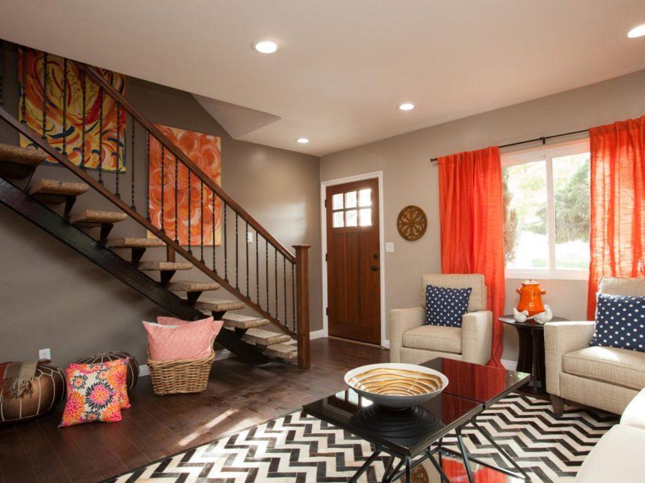 Оранжевые шторы в сером интерьере